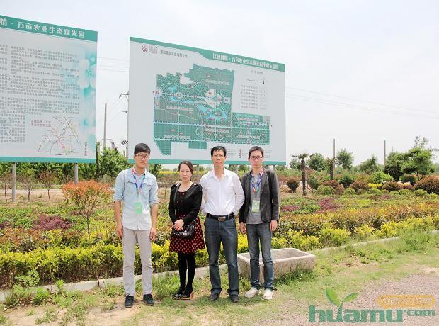 洛阳真趣园林绿化工程有限公司孟现河经理与中国花木网记者合影